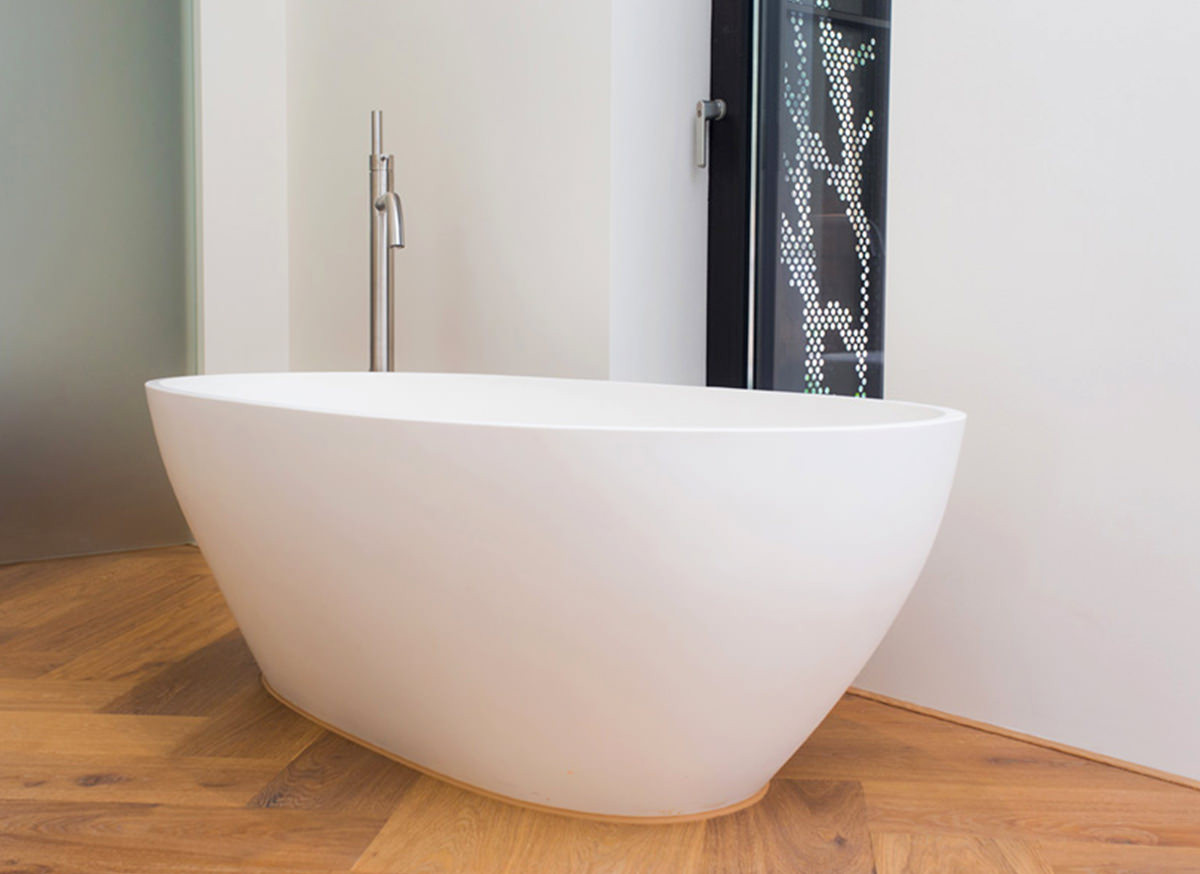 cocoon-bath-on-wooden-floor